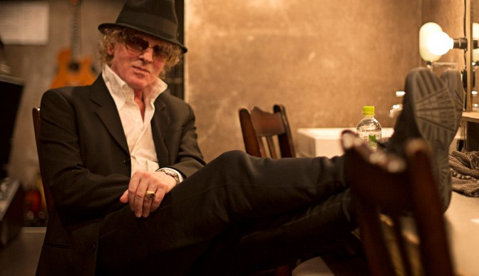 Ian Hunter crossing his fingers at Shepherd's Bush Empire